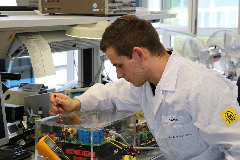 Marius Hänel testet im Prüffeld eine elektronische Baugruppe.