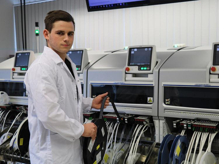 Marius Hänel, Auszubildender zum Elektroniker für Geräte und Systeme. Hier in der SMD-Fertigung.