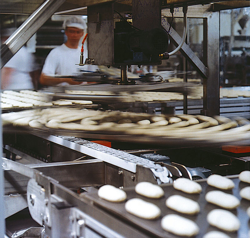 Automatic processing of dough lines in a bread factory