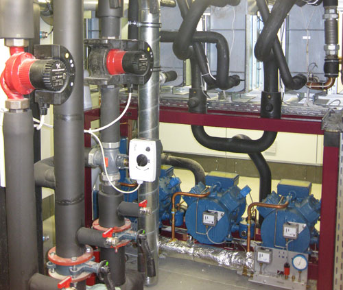 Verbundanlage für den Wärmepumpenbetrieb, der im Sommer den Markt auch kühlt.