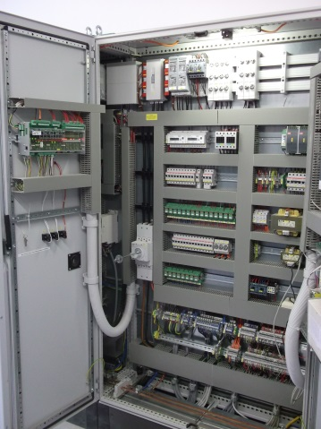 Example: Switching cabinet with VS 3010 CT in the door for a CO2 transcritical booster system. (Photo: DKA)