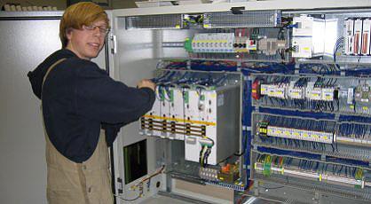 Mitarbeiter bei der Montage eines Schaltschranks